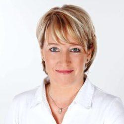 Porträtbild einer blonden Frau ( Manuela Schröder)