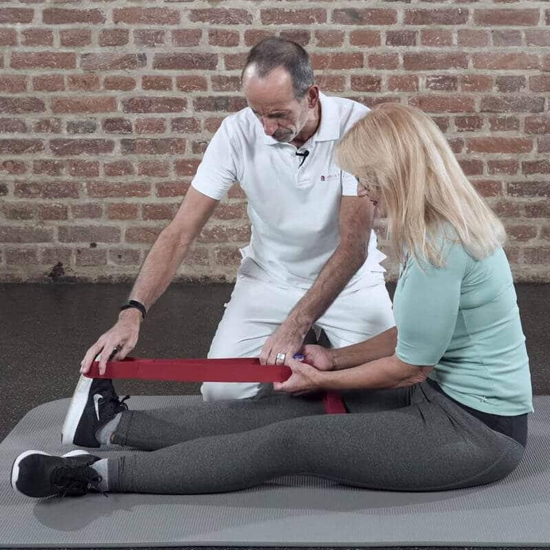 Dehnung als Akut-Behandlung eines Wadenkrampfes, bei der der vordere Schienbeinmuskel als Antagonist des Zwillngswadenmuskels aktiviert wird