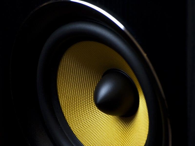 Zu sehen ist ein Lautsprecher. Der Lautsprecher erzeugt laute Geräusche, die zum Hörsturz und Tinnitus führen können.
