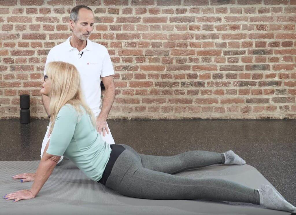Frau macht Übungen gegen Arthrose