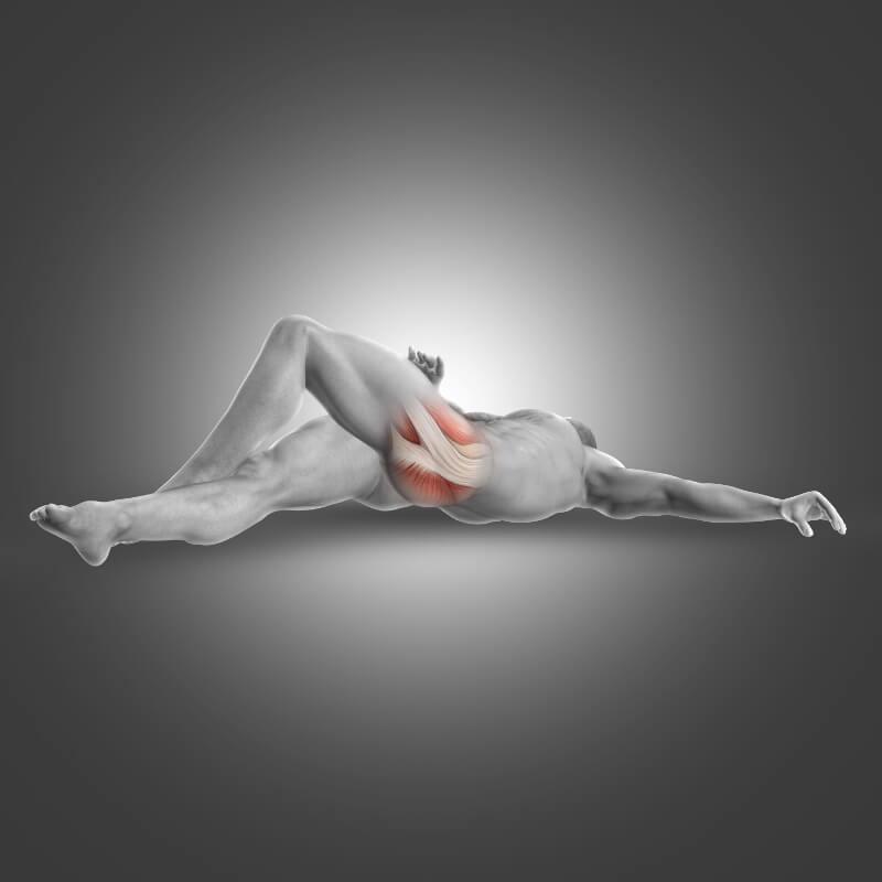 Ein Mann liegt auf dem Boden und hat das linke Bein angewinkelt und zur rechten Seite geneigt. Anatomisch dargestellt ist die Gesäßmuskulatur mit Hervorhebung des Piriformis