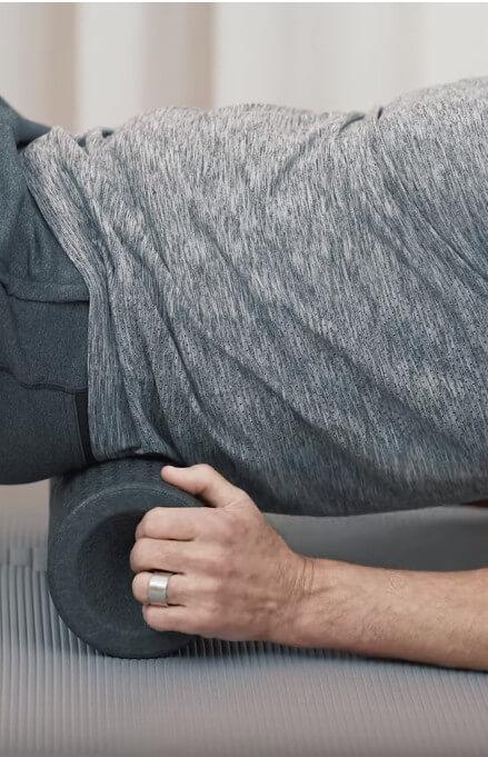Roland rollt den gesamten Ruecken mit der MAXI-Faszienrolle ab bei Rueckenschmerzen.