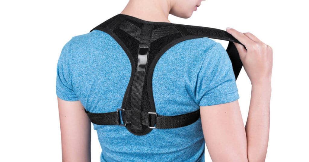 Eine Frau trägt einen Rückenstützgürtel