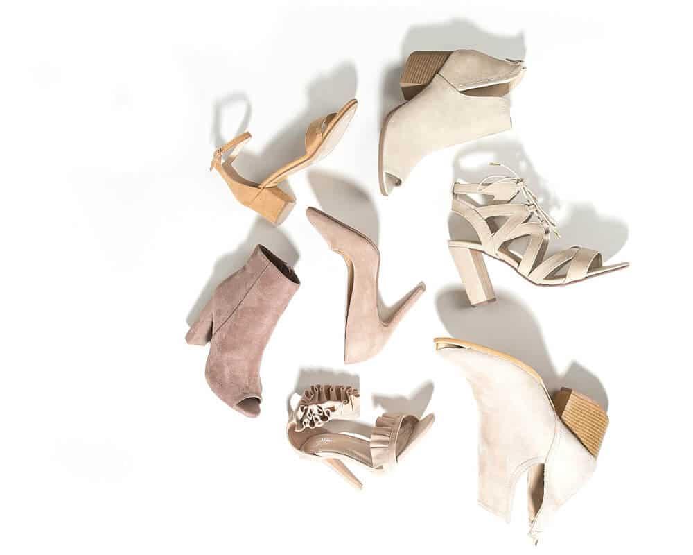 Zu sehen sind unterschiedliche Damenschuhe. Mit einem Hallux valgus oder Hammerzehen sollten Schuhe am Abend gekauft werden.