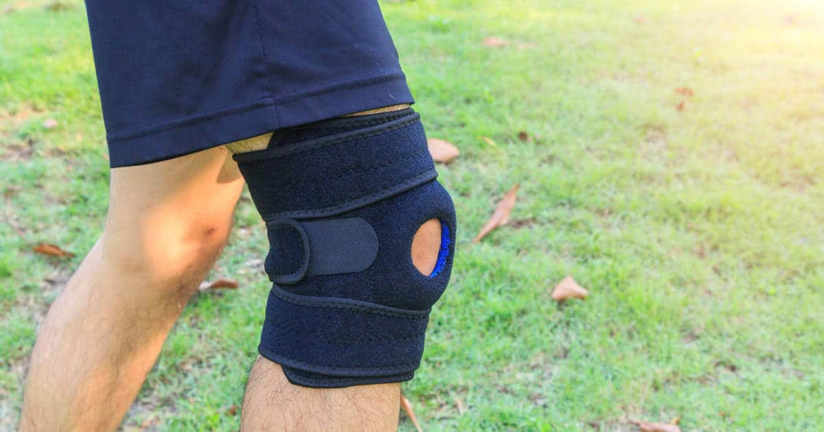 Ein Mann trägt eine Knie-Bandage