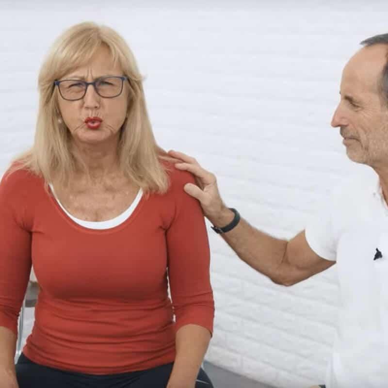 Eine Frau macht eine Atemübung gegen Sodbrennen, indem sie zunächst einmal alle Lauft aus den Lungen atmet. Schmerzspezialist Roland Liebscher-Bracht leitet sie an.