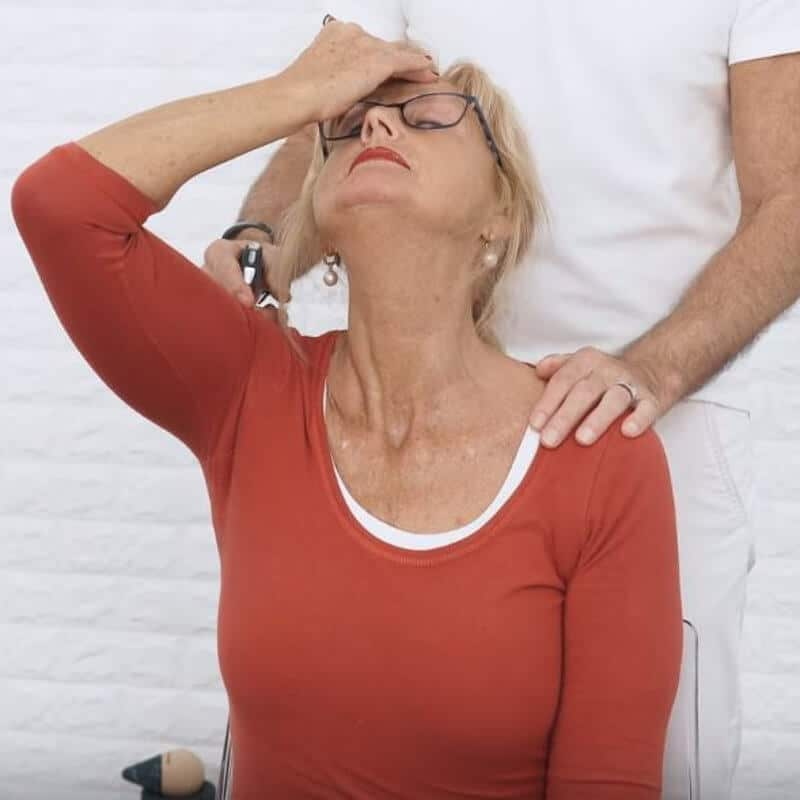 Patientin hält ihren Kopf in den Nacken, um ihren Hals aufzudehnen