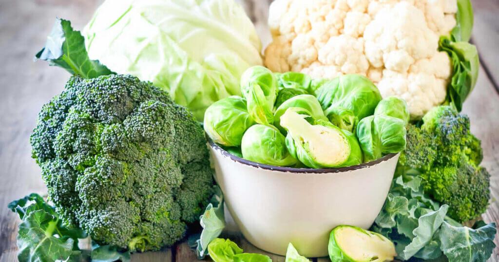 Zu sehen sind verschiedene Kohlsorten: Rosenkohl, Brokkoli, Blumenkohl und Weißkohl